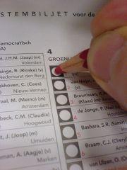 Bild eines Stimmzettels, der gerade angekreuzt wird